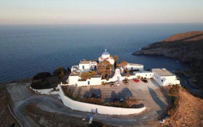 Vue aérienne d'un monastère sur l'île de Kea